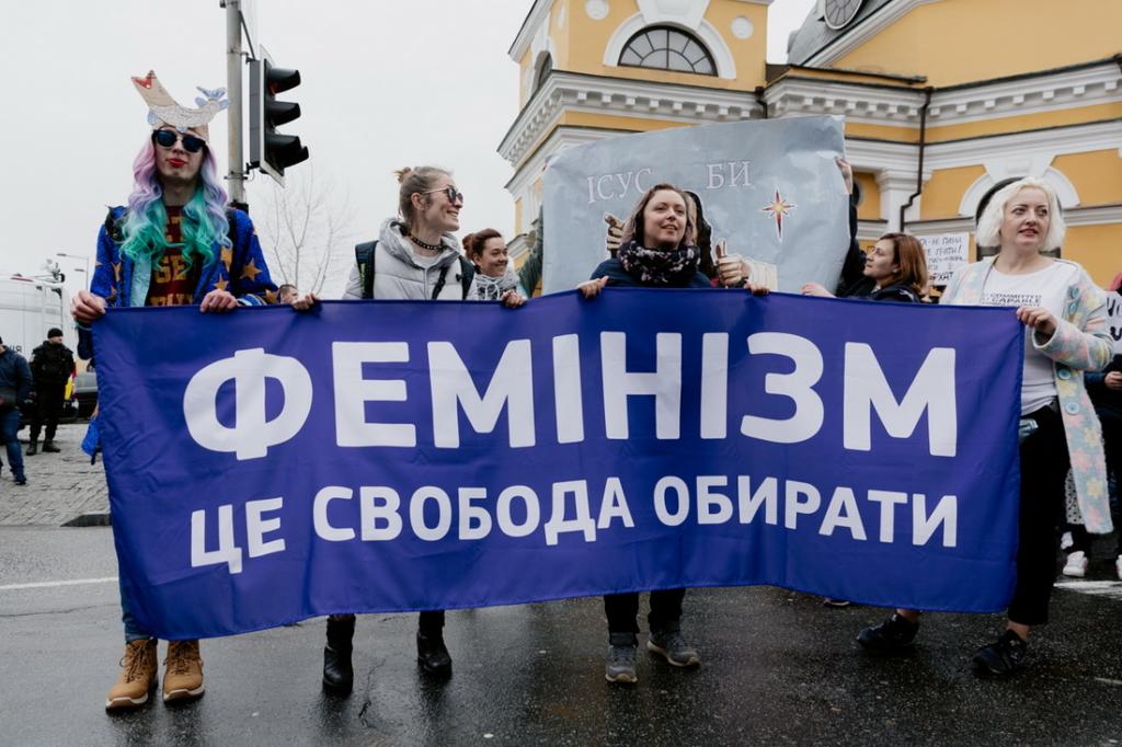 """Жінки з плакатом """"Фемінізм - це свобода обирати"""", фото з Маршу жінок"""